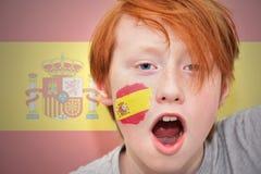 Garçon roux de fan avec le drapeau espagnol peint sur son visage Photo libre de droits