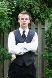 Garçon sérieux de bal d'étudiants avec des bras pliés Image libre de droits