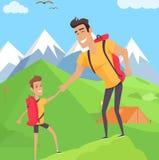 Garçon s'élevant avec son père en montagnes Images libres de droits
