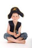 Garçon s'asseyant de pirate Photographie stock libre de droits