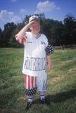 Garçon saluant tandis qu'habillé dans l'habillement patriotique, Mt Vernon, l'Alexandrie, la Virginie Photo libre de droits