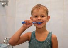 Garçon se brossant les dents Photos libres de droits