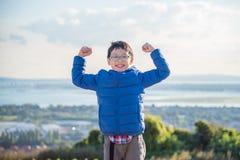 Garçon se tenant sur la colline et les sourires Photos libres de droits