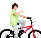 Garçon se tenant sur un vélo Photographie stock libre de droits