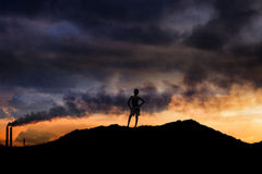Garçon se tenant sur une montagne photos libres de droits