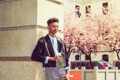 Garçon seul avec la rose de blanc Photo stock