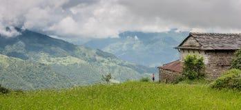 Garçon seul se tenant près de sa hutte, la vallée de Katmandou, Népal images libres de droits