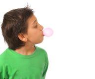 Garçon soufflant un bubble-gum rose Image stock