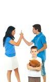 Garçon souffrant au sujet du conflit de parents Photo stock