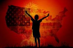 Garçon soulevant ses mains se tenant pendant l'ensemble du soleil Images stock