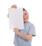 Garçon souri avec le papier blanc photo stock