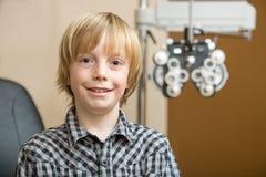 Garçon souriant à l'opticien photographie stock libre de droits