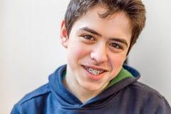Garçon souriant avec des accolades photos libres de droits