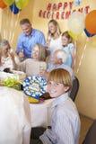 Garçon souriant avec la famille ayant une partie de retraite Image libre de droits