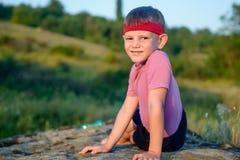 Garçon sportif faisant le parquet latéral sur Boulder photo libre de droits
