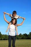 Garçon sur des épaules de mères Images libres de droits