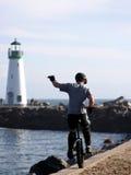 Garçon sur l'unicycle sur une plage de la Californie Image libre de droits