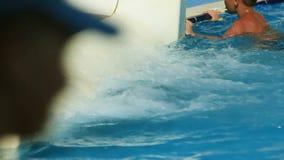 Garçon sur la glissière d'eau à l'aquapark Vacances d'été banque de vidéos