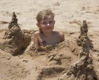 Garçon sur la plage photo stock