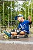 Garçon sur la planche à roulettes faisant le geste de main enthousiaste Photos libres de droits
