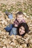 Garçon sur le dos de maman dans des lames Photos stock
