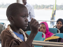 Garçon sur le ferry qui se relie à l'île de Zanzibar Photos libres de droits