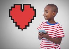 Garçon sur le fond gris avec le coeur de téléphone et de pixel Images libres de droits