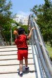 Garçon sur le pont Images libres de droits