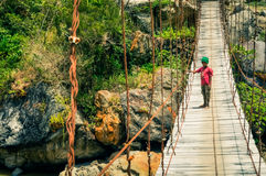 Garçon sur le pont en Indonésie photographie stock libre de droits