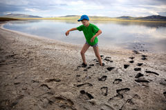 Garçon sur le rivage du lac de sel Image libre de droits