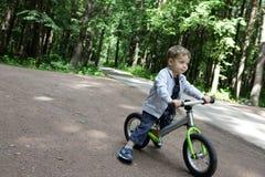 Garçon sur le vélo d'équilibre photographie stock libre de droits