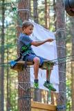 Garçon sur les attractions de cours de cordes (01) Photographie stock
