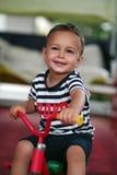 Garçon sur un tricycle image stock