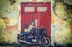 Garçon sur une peinture murale de  de Bikeâ€, oh rue de Quee, George Town, Penang image libre de droits