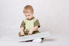 Garçon tapant sur le clavier image stock