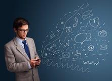 Garçon tapant sur le smartphone avec de divers graphismes modernes de technologie Image libre de droits