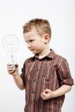 Garçon tenant l'ampoule énorme Images libres de droits