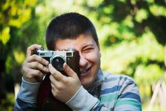 Garçon tenant l'appareil-photo image stock