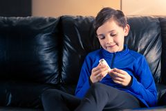 Garçon tenant l'inhalateur d'asthme photographie stock