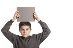 Garçon tenant une carte grise Image stock