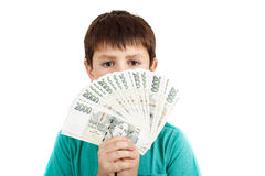 Garçon tenant une fan des billets de banque tchèques de couronne Images stock