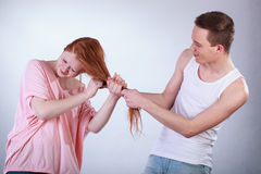 Garçon tirant des cheveux de fille Photo libre de droits