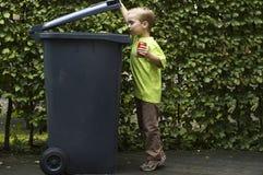 Garçon Trashing le bidon d'A photo libre de droits