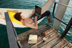 Garçon travaillant au hamaca Photographie stock libre de droits