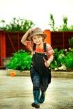 Garçon travaillant dans le jardin Image libre de droits