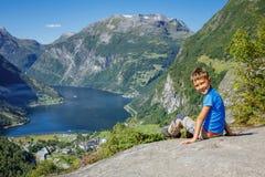 Garçon trimardant à la cascade de sept soeurs dans Geirangerfjord norway image stock