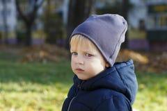 Garçon triste dans le chapeau extérieur Pousse d'automne Portrait mignon de profil d'enfant en bas âge Copiez l'espace images libres de droits