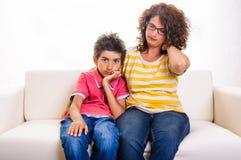 Garçon triste de femme de famille de douleur cervicale Photo stock