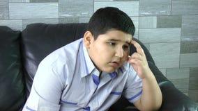 Garçon triste. Enfant déprimé à la maison. Problèmes de famille. banque de vidéos