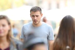 Garçon triste marchant sur la rue Photographie stock libre de droits